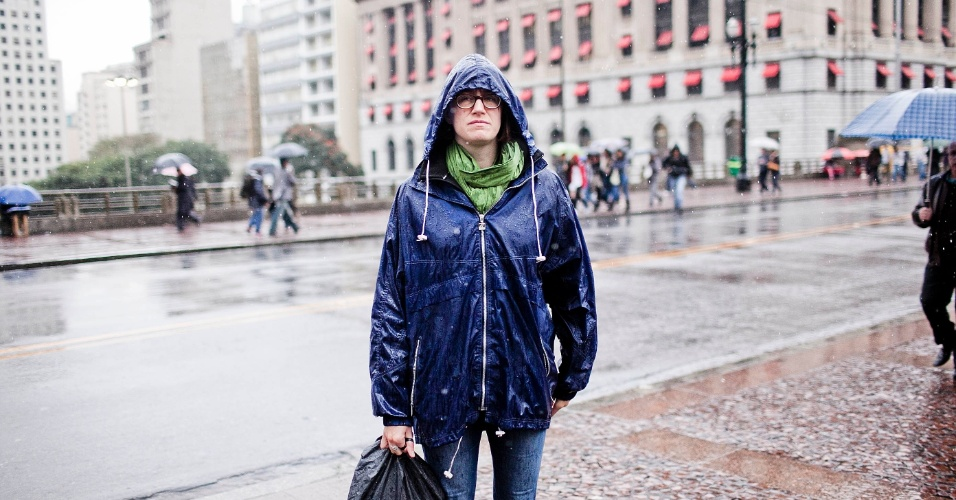 16.jul.2012 - População  enfrenta dia chuvoso em São Paulo, nesta segunda-feira. A cidade de São Paulo registra a tarde mais fria do ano nesta segunda-feira. De acordo com o INMET (Instituto Nacional de Meteorologia), por volta das 15 horas foram registrados 14,3ºC, batendo o dia 08 de Junho, quando os termômetros chegaram aos 15,5ºC