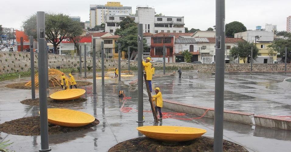 16.jul.2012 - Prefeitura de São Paulo fez a última vistoria, nesta segunda-feira, na praça Memorial 17 de Julho, projetada em homenagem às vítimas do desastre aéreo do voo JJ 3054 da TAM, que ocorreu em 17 de julho de 2007. A praça será inaugurada amanhã (17)