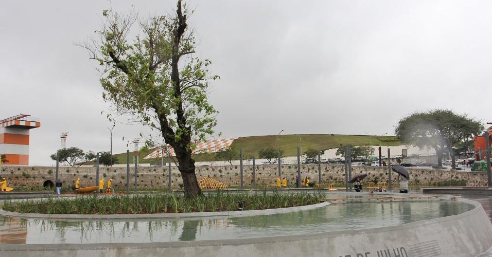16.jul.2012 - Praça Memorial 17 de Julho, projetada em homenagem às vítimas do desastre aéreo do voo JJ 3054 da TAM, que ocorreu em 17 de julho de 2007. A prefeitura de São Paulo fez a última vistoria para a inauguração do local, que acontecerá amanhã (17)
