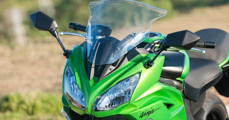 A Kawasaki adotou linhas retas na carenagem frontal e abandonou o estilo arredondado, deixando a Ninja 650 mais agressiva