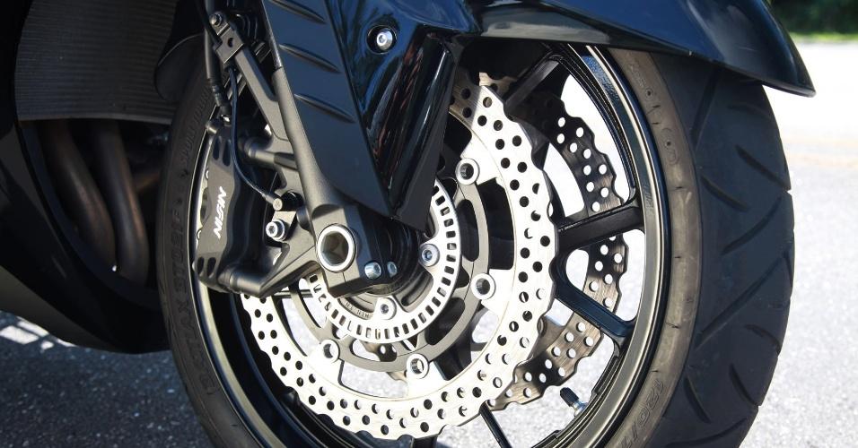 A Kawasaki Concours 14 também vem equipada, de série, com sistema de freios ABS e disco de 310 mm de diâmetro (dianteira)