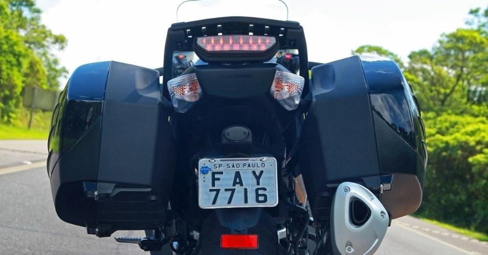 As duas mochilas laterais são companheiras ideais para a prática do mototurismo, embora atrapalhem em alguns trechos urbano