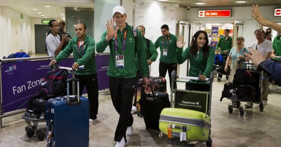 César Cielo é recepcionado por fãs no desembarque em Londres; brasileiro é grande esperança de medalhas de ouro para o Brasil nas Olimpíadas