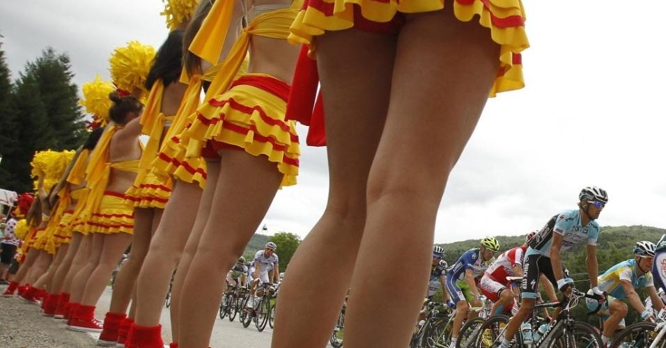 Cheerleaders acenam para os cilcistas da Volta da França de 2012