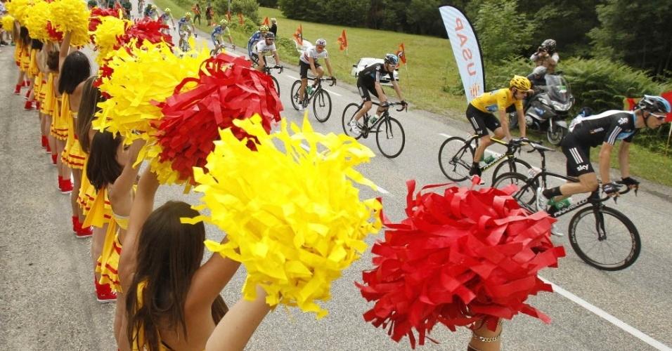 Cheerleaders fazem a festa para os ciclistas da Volta da França de 2012