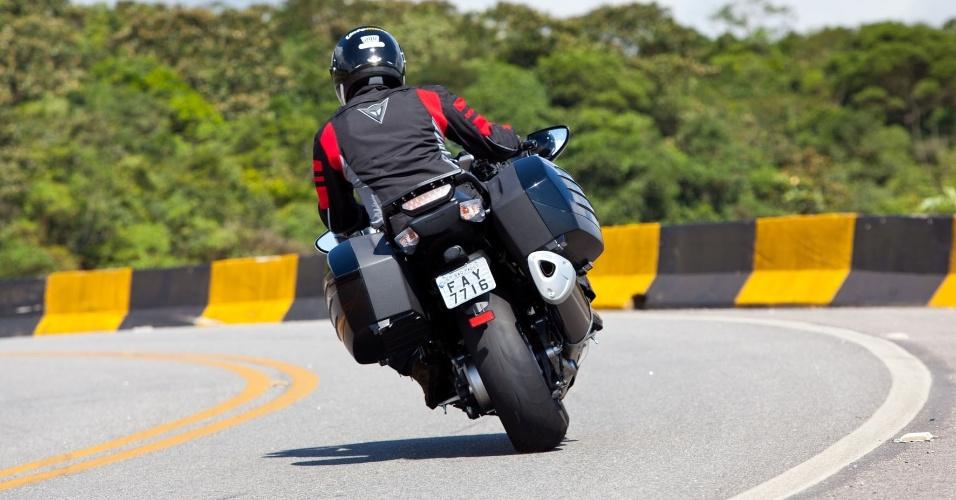 Em curvas mais fechadas, o motociclista menos experiente deve redobrar a atenção; para os veteranos, o segredo é saboreá-la