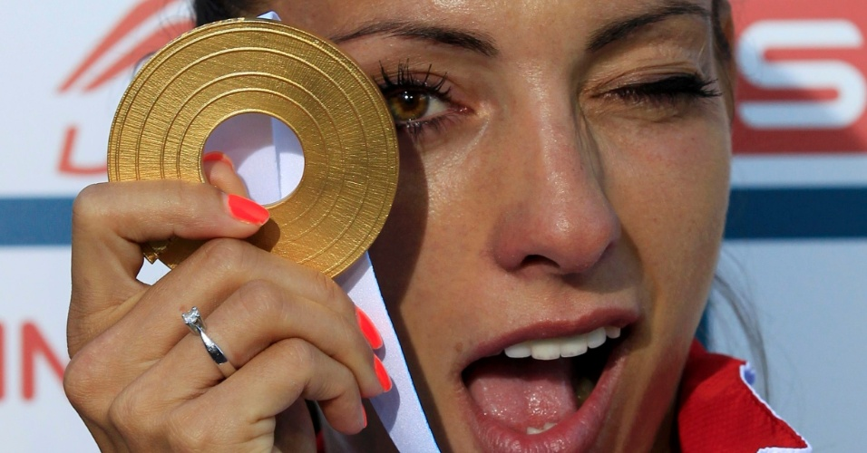 Ivet Lalova posa para foto com a medalha de ouro nos 100m rasos do Campeonato Europeu
