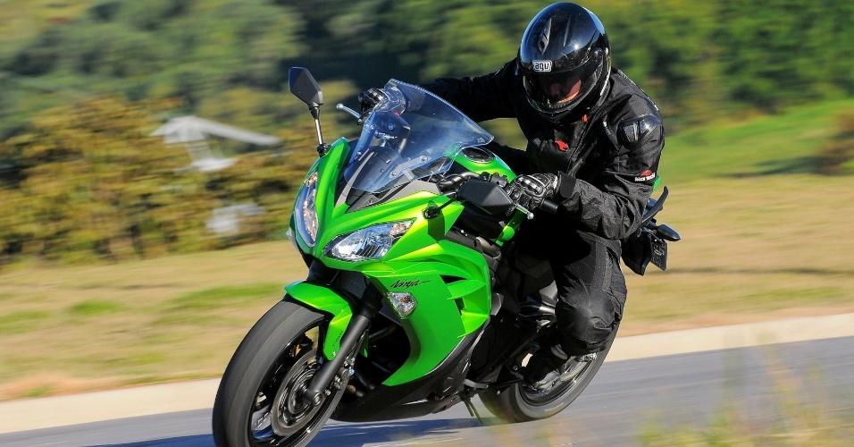 Levemente recuadas (note na foto), as pedaleiras da nova Kawasaki Ninja 650 2013 deixam o piloto sempre em posição de ataque