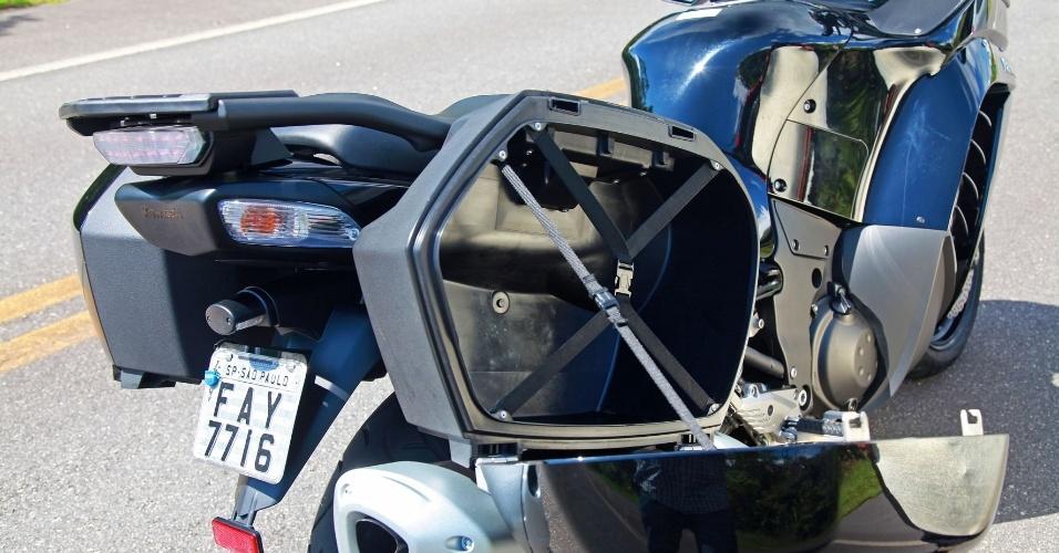 Mesmo sem tamanho divulgado, a capacidade dos compartimentos laterais é grande -- não o suficiente para carregar dois capacetes