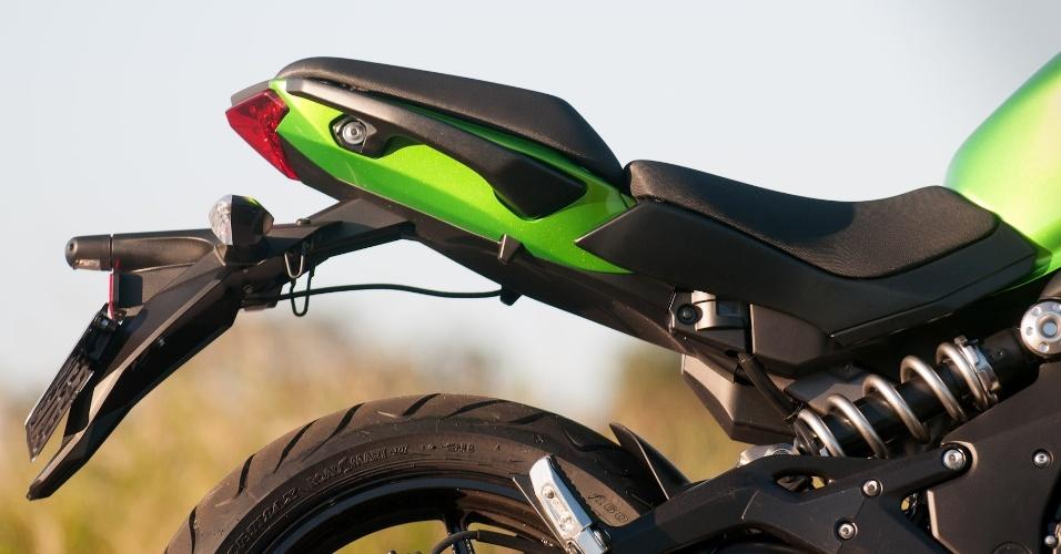 Na traseira, a suspensão monoamortecida a mostra garante o visual diferenciado e o conforto ao rodar pela cidade ou estrada
