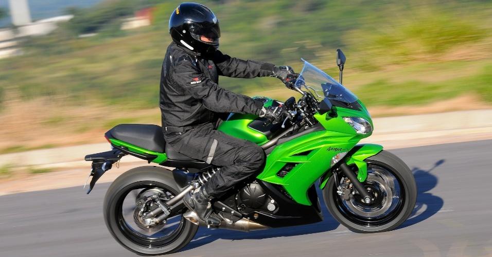 O guidão conforto da Ninja alivia a tensão no antebraço do piloto, permitindo um rodar por muitos quilômetros sem canseira