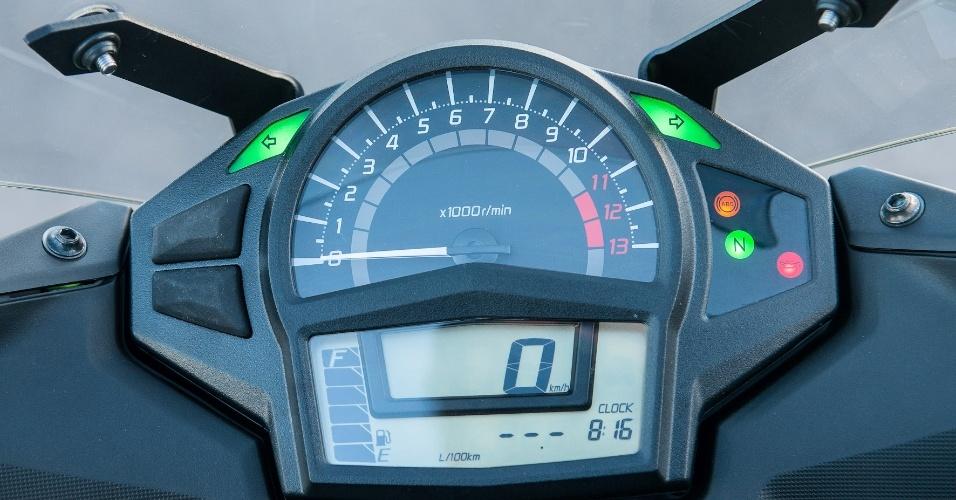 O painel da Ninja 650 2013 foi totalmente renovado e traz computador de bordo integrado, com informações de consumo e autonomia