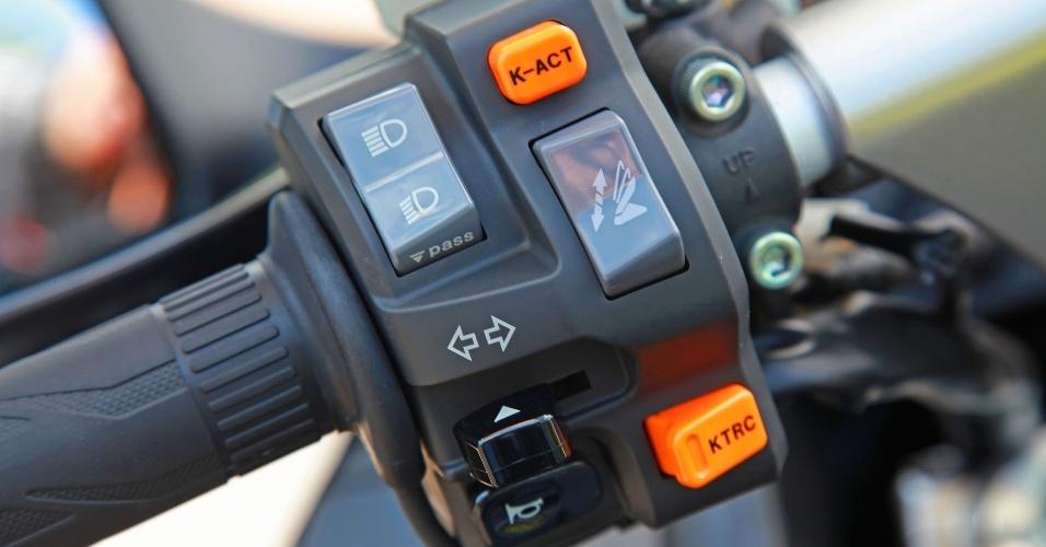 O punho esquerdo do piloto tem material de qualidade e traz acionamento elétrico do parabrisa e dos sistemas K-ACT e KTRC