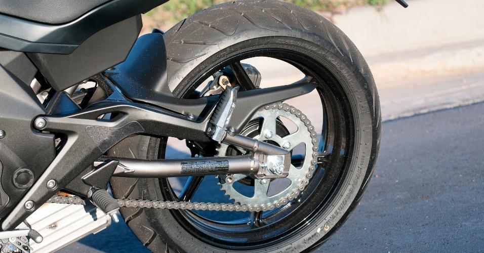 Os pneus que passam a equipar o modelo são da Dunlop, de medidas 120/70 R17 na dianteira e 160/60 R17 na traseira (foto)