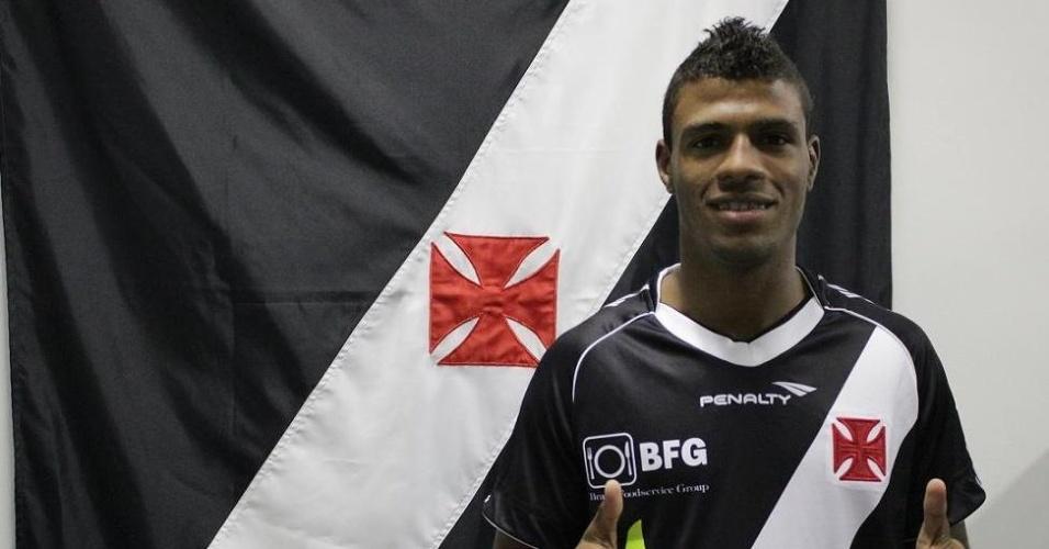 Reforço do Vasco, Auremir posa com a camisa do clube de São Januário (16/07/2012)