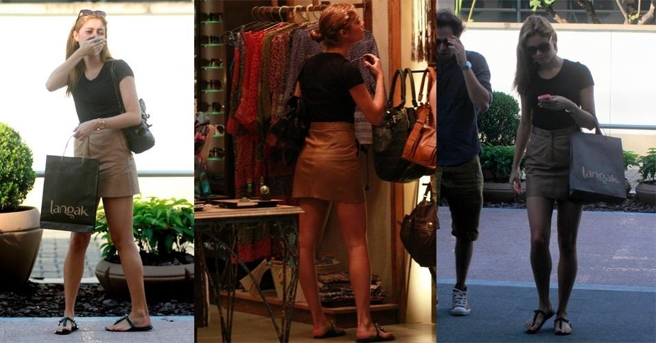 Sophie Charlotte possui estilo básico, eclético e ligado nas tendências de moda. Para ir às compras no Rio de Janeiro, Sophie Charlotte usou um look básico de verão. Saia curta bege, camiseta lisa preta e rasteirinha (04/06/2012)
