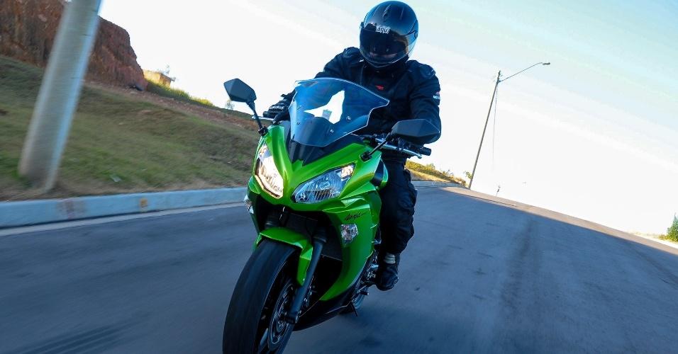Única no segmento com dois cilindros paralelos (bicilíndrica), a nova Kawasaki Ninja 650 2013 se destaca pela facilidade de condução