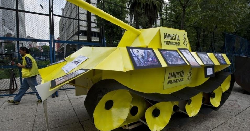 17.jul.2012 - Ativistas da Anistia Internacional colocaram o protótipo de um tanque de guerra em frente à embaixada dos Estados Unidos, na Cidade do México (México)