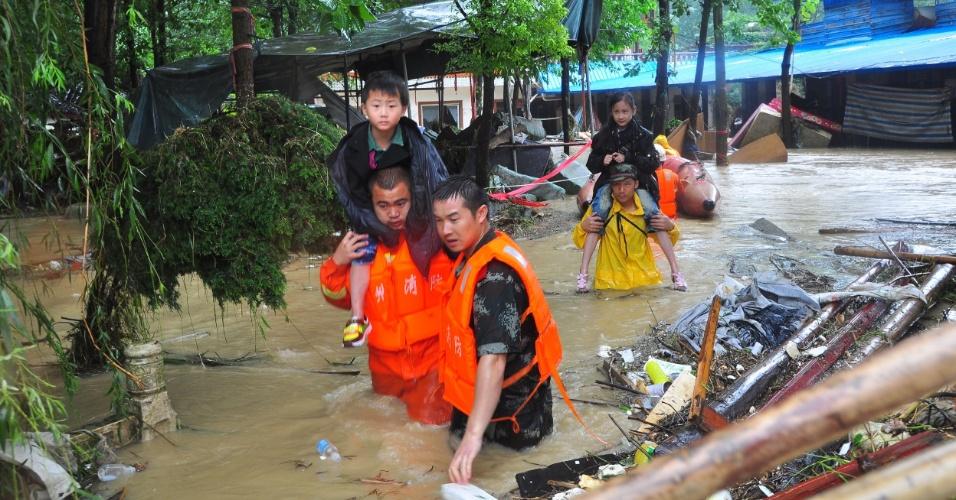 17.jul.2012 - Bombeiros socorrem moradores em área inundada pelas fortes chuvas na aldeia de Chuxi, em Tongren, na província chinesa de Guizhou