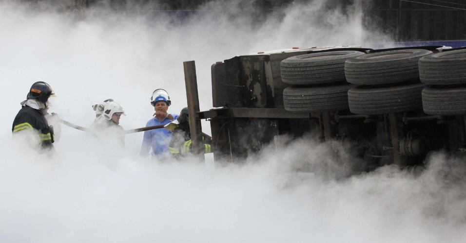 17.jul.2012 - Bombeiros tentam remover caminhão com carga de nitrogênio que tombou na avenida Alexandre Mackenzie, altura da Presidente Altino, região do Jaguaré, em São Paulo