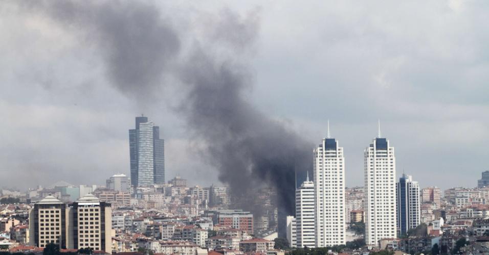 17.jul.2012 - Coluna de fumaça sobe de incêndio nesta terça-feira (17) em prédio de 152 metros de altura em Istambul, na Turquia