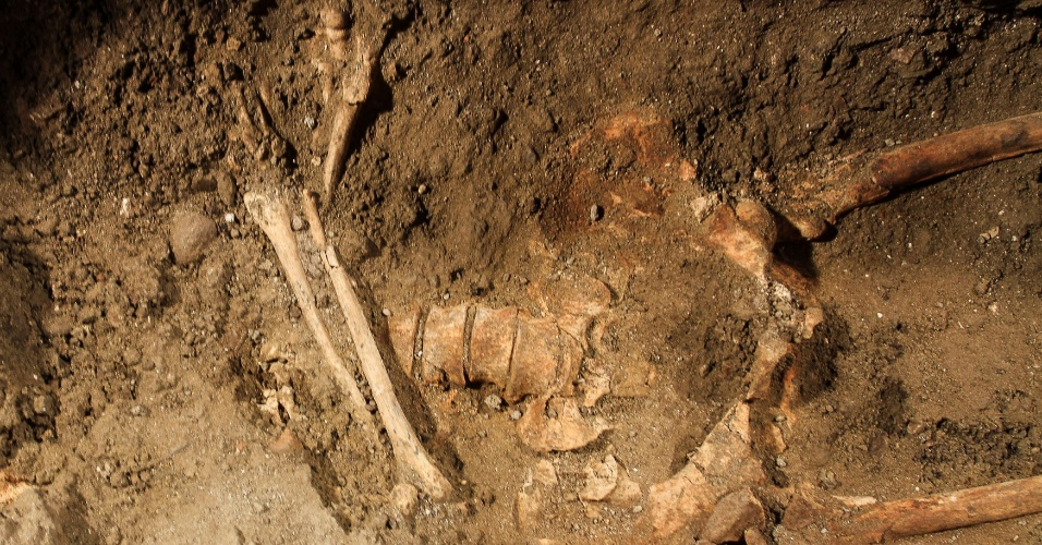 17.jul.2012 - Esqueleto humano é encontrado na escavação de uma vala no interior de Florença, na Itália, durante pesquisa no local do enterro de Lisa Gherardini, a modelo que Leonardo da Vinci teria usado para pintar a Mona Lisa