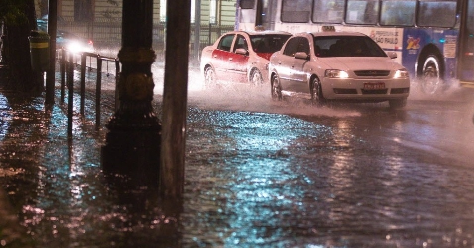17.jul.2012 - Fortes chuvas que atingiram a cidade de São Paulo deixaram algumas ruas do centro parcialmente alagadas, nesta terça-feira