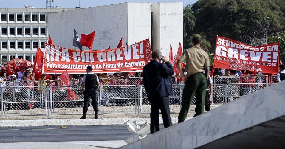 17.jul.2012 - Funcionários públicos em greve fazem protesto em frente ao Palácio do Planalto