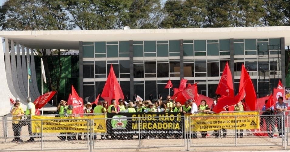 17.jul.2012 - Funcionários públicos em greve fazem protesto em frente ao Palácio do Planalto, ao fundo do prédio do STF (Supremo Tribunal Federal), em Brasília, nesta terça-feira