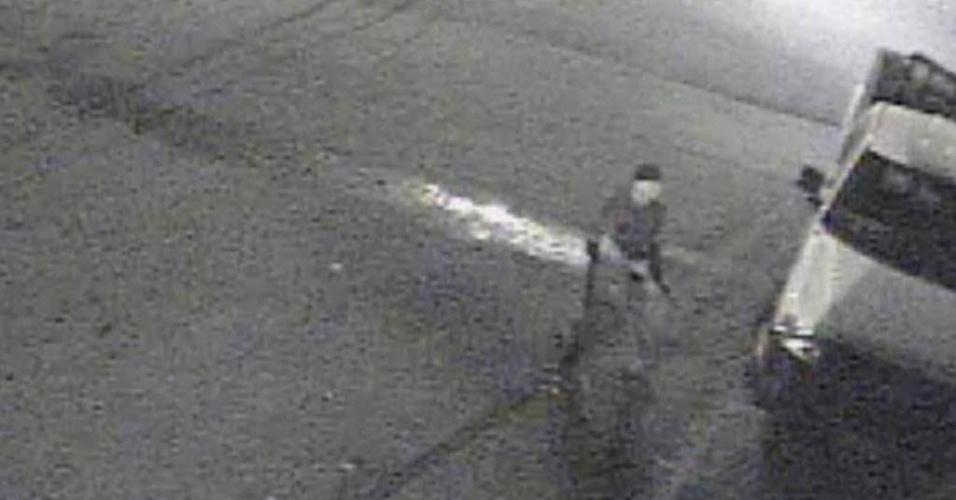 17.jul.2012 - Imagem de vídeo mostra suposto autor de tiroteio em um bar de Tuscaloosa, no Estado do Alabama (sul dos Estados Unidos). Ao menos 17 pessoas ficaram feridas