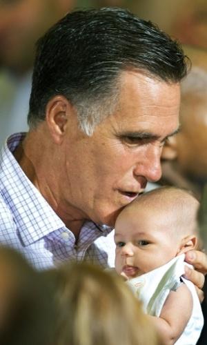 17.jul.2012 - Mitt Romney, candidato republicano à Presidência dos Estados Unidos, segura bebê durante campanha eleitoral, em Irwin, Pensilvânia (EUA). Romney ignorou a pressão para que divulgue mais declarações de renda. Sua campanha criticou o presidente Barack Obama num esforço para desviar o debate do histórico empresarial e financeiro de Romney