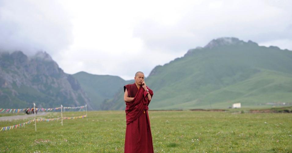 17.jul.2012 - Monge tibetano fala no celular na prefeitura autônoma Hainan Tibetan, na província chinesa de Qinghai