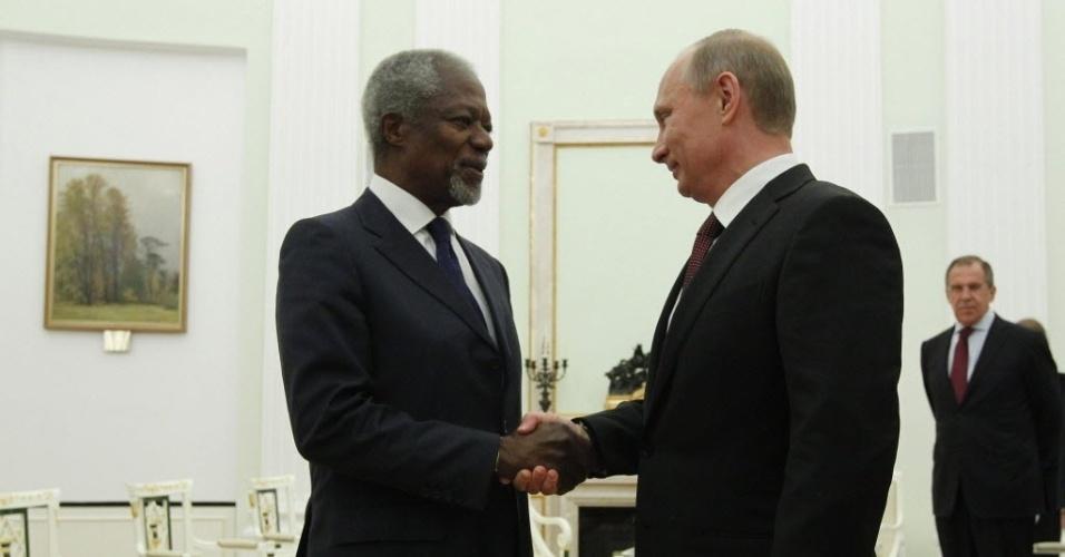 17.jul.2012 - O presidente da Rússia, Vladimir Putin, cumprimenta o enviado especial das Nações Unidas à Síria Kofi Annan, durante encontro no Kremlin, em Moscou