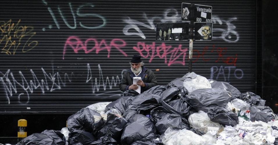 17.jul.2012 - Os trabalhadores da empresa responsável pela coleta de resíduos na cidade de Buenos Aires, Argentina, retornaram ao trabalho, após dois dias de paralisação. Ainda há muitos sacos de lixo acumulados pelas ruas da capital argentina e a previsão é de que a situação se normalize somente na quarta-feira
