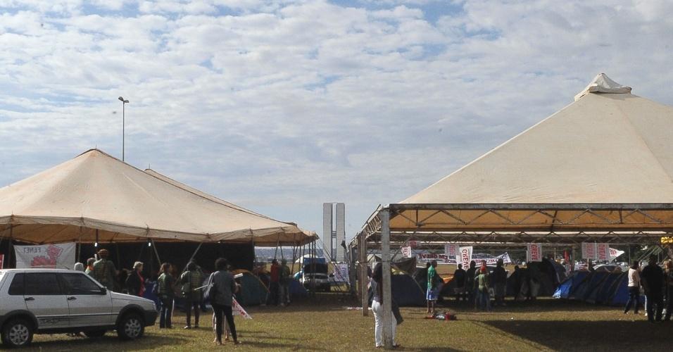 17.jul.2012 - Servidores públicos federais em greve fazem acampamento nesta terça-feira (17) na Esplanada dos Ministérios, em Brasília (DF)
