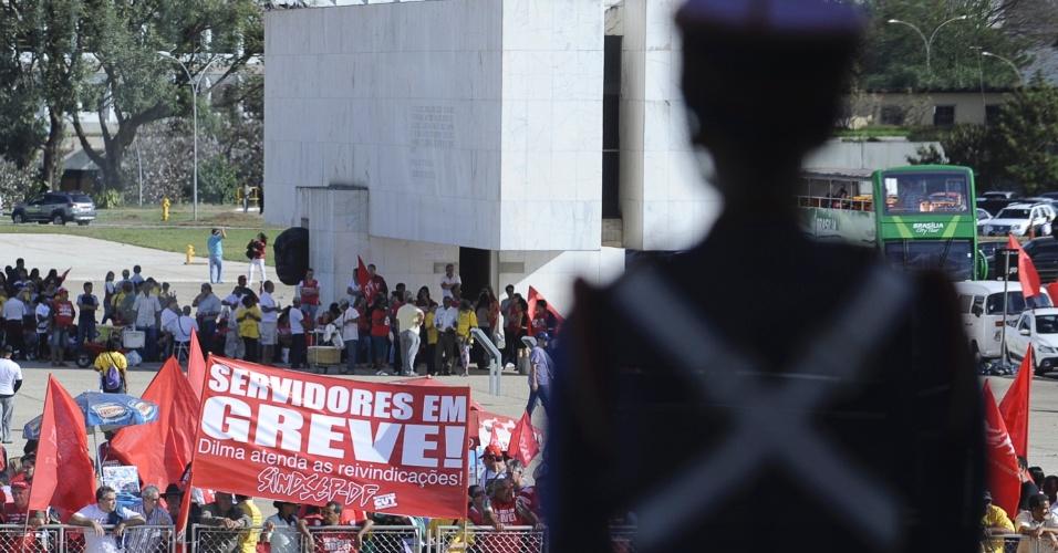 17.jul.2012 - Servidores públicos federais em greve fazem manifestação em frente ao Palácio do Planalto, em Brasília