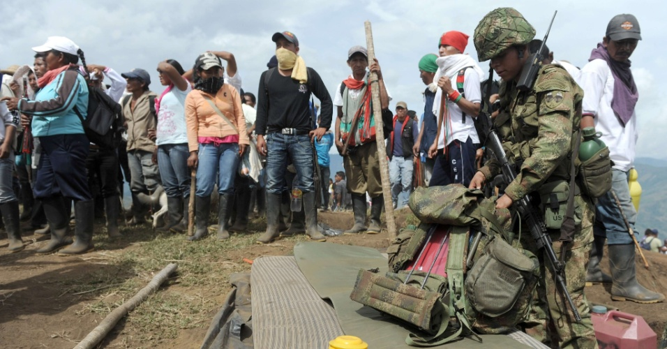 17.jul.2012 - Soldado colombiano recolhe seus pertences após ter sido forçado a sair de seu posto militar pelos nativos indígenas em Monte de Berlim, na Colômbia