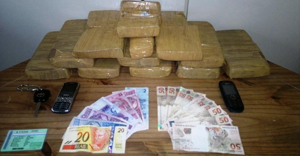 17.jul.2012 - Um casal de paraguaios foi preso com 11,5 kg de crack em Joinville, Santa Catarina. De acordo com a polícia, foi a maior apreensão da droga na cidade