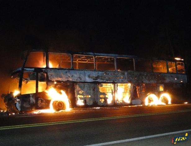 17.jul.2012 - Um ônibus de viagem ficou totalmente destruído após pegar fogo na BR-163, em Sonora (a 351 km de Campo Grande). Nenhum dos 41 passageiros que estavam a bordo ficou ferido