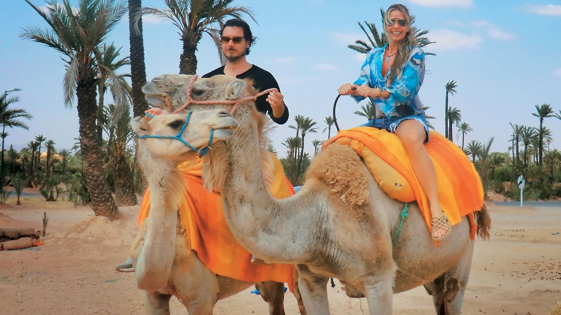 Adriane Galisteu e o marido Alexandre Iódice passeiam em Marrocos