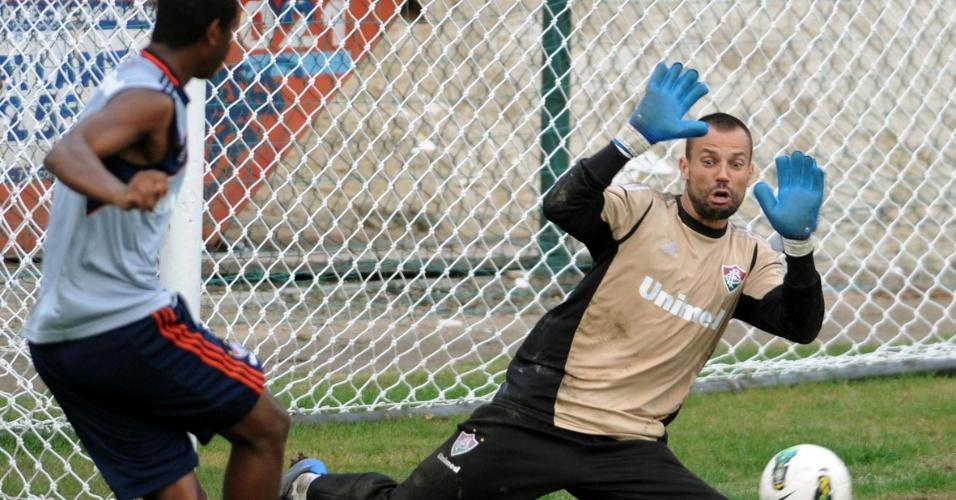 Diego Cavalieri tenta fazer defesa durante treinamento do Fluminense (17/07/2012)