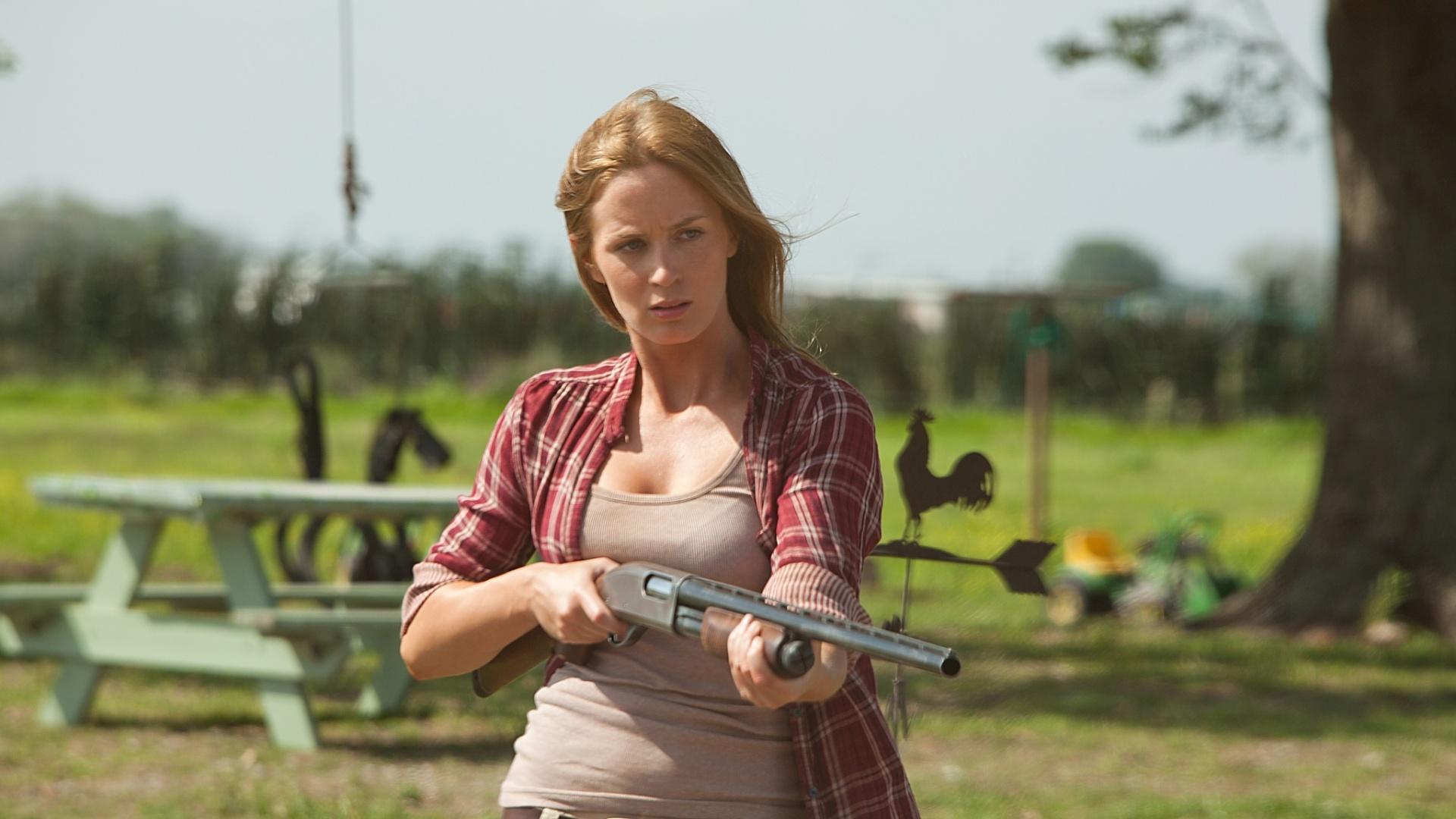 Emily Blunt empunha arma em cena de