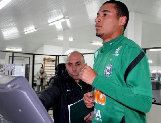 Henrique foi anunciado como novo reforço do Coritiba