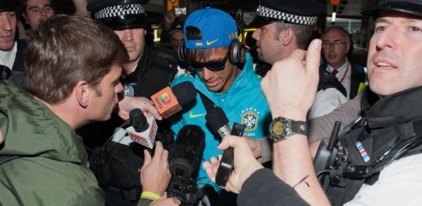 O atacante Neymar é assediado pela imprensa no desembarque da seleção olímpica em Londres