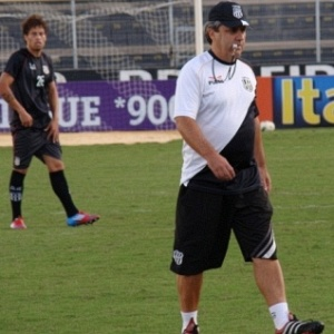 Tcnico Gilson Kleina comanda treino da Ponte Preta