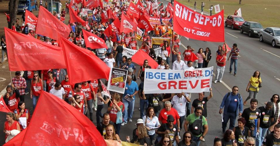 18.jul.2012 - Funcionários do IBGE participam de manifestação organizada pela CUT (Central Única dos Trabalhadores), na praça dos Três Poderes, em Brasília, para pressionar o governo federal a conceder reajustes ao funcionalismo público