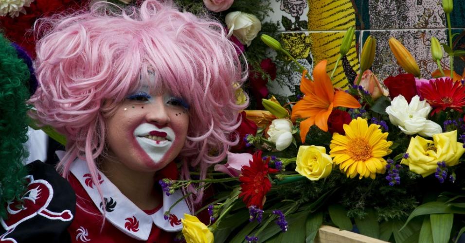 18.jul.2012 - Palhaça homenageia padroeira do México, Nossa Senhora de Guadalupe, com flores durante peregrinação realizada na Cidade do México