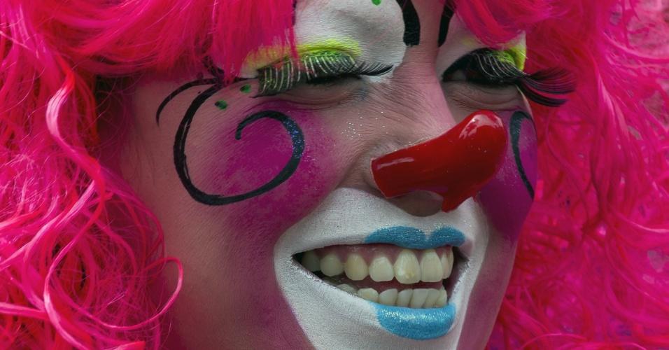 18.jul.2012 - Palhaça sorri durante peregrinação realizada na Cidade do México, em homenagem a Nossa Senhora de Guadalupe, padroeira do México