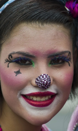 18.jul.2012 - Palhaça sorri durante peregrinação realizada na Cidade do México, nesta segunda-feira (18), em homenagem a Nossa Senhora de Guadalupe, padroeira do México