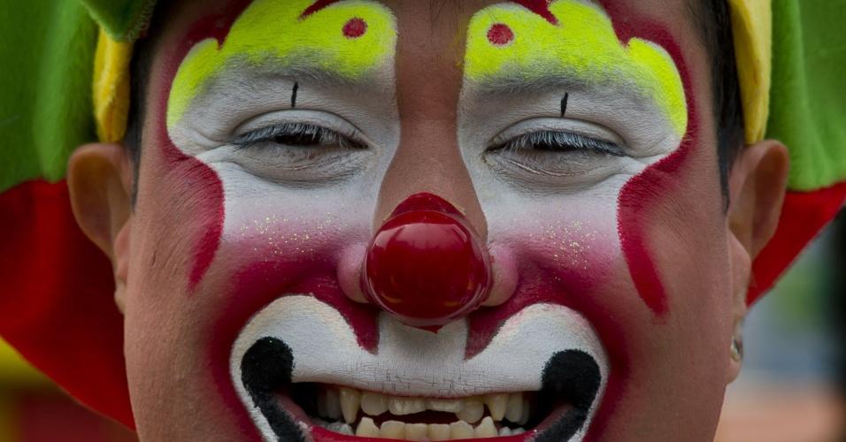 18.jul.2012 - Palhaço sorri durante peregrinação realizada na Cidade do México, em homenagem a Nossa Senhora de Guadalupe, padroeira do México